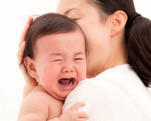 âu yếm khi trẻ khóc