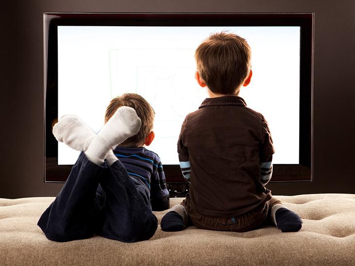Kết quả hình ảnh cho trẻ em xem ti vi